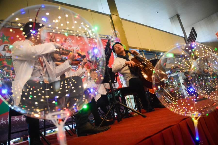 知名旅美大提琴家郭虔哲利用返台度假期間,到高雄長庚醫院表演,在大廳與院內醫師組成的樂團「弦琴醫志」合奏。(林宏聰攝)
