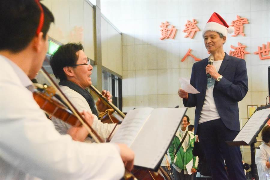 高雄長庚院長王植熙(右)也上台高唱《不了情》,與音樂會的觀眾們同樂。(林宏聰攝)
