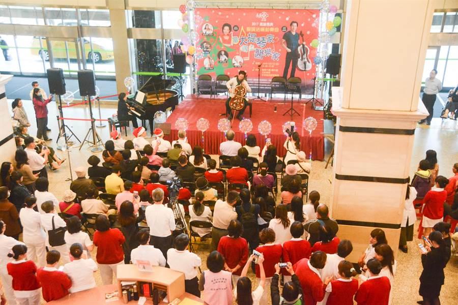 旅美大提琴家郭虔在醫學大樓1樓大廳舉辦「聖誕送暖前奏曲:當大提琴家遇上醫樂家」演奏會。(林宏聰攝)