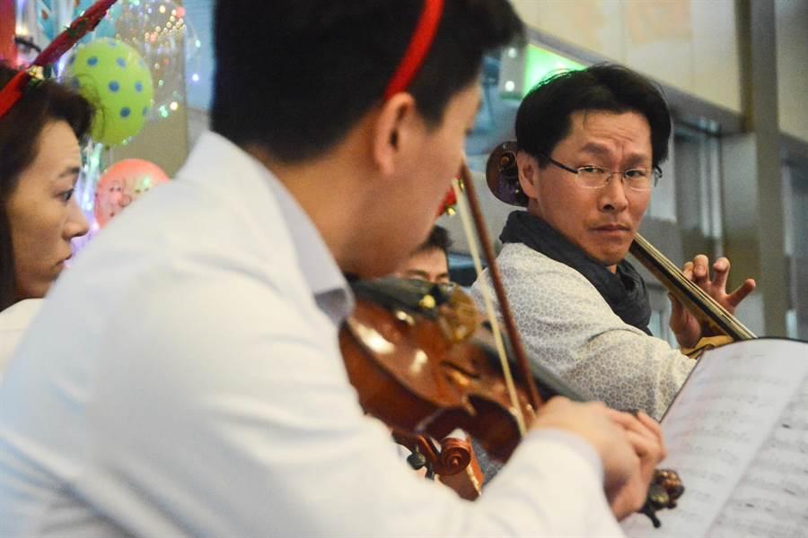 大提琴家郭虔哲與高雄長庚院內醫師組成的樂團「弦琴醫志」合奏。(林宏聰攝)