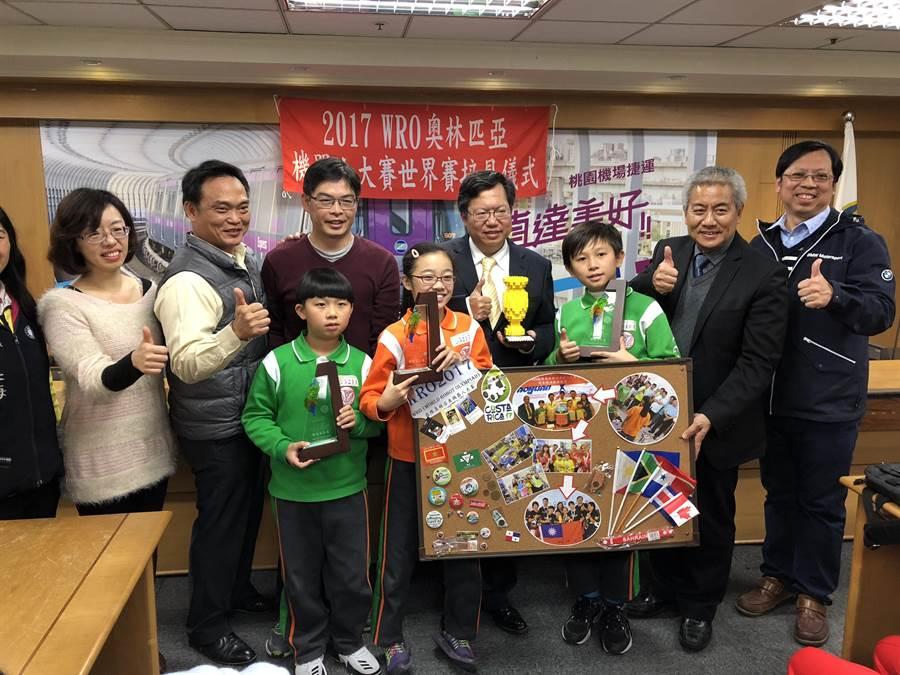 成功國小3學童遠赴哥斯大黎加參加「2017 WRO國際奧林匹亞機器人世界賽」拿下創意國小組第三名,獲市長鄭文燦頒獎表揚。(蔡依珍攝)