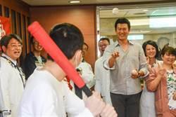 王建民愛心滿滿 陪高雄長庚癌童玩擊球遊戲