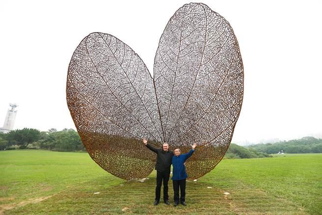 西班牙知名地景藝術家諾維亞(左)以紫荊葉為元素,在清大大草皮製作巨型地景藝術,8日與校長賀陳弘(右)為藝品揭幕。(徐養齡攝)