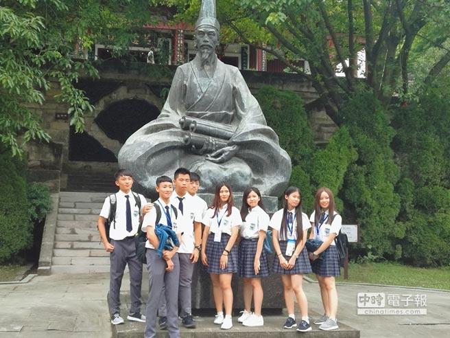台灣學子在南充西山萬卷樓陳壽塑像前合影。