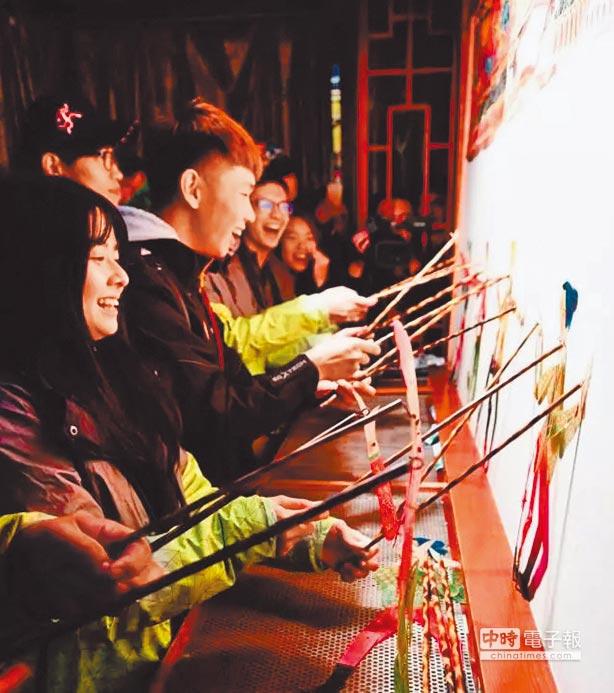 台灣學子在閬中體驗世界非物質文化遺產——川北王皮影。