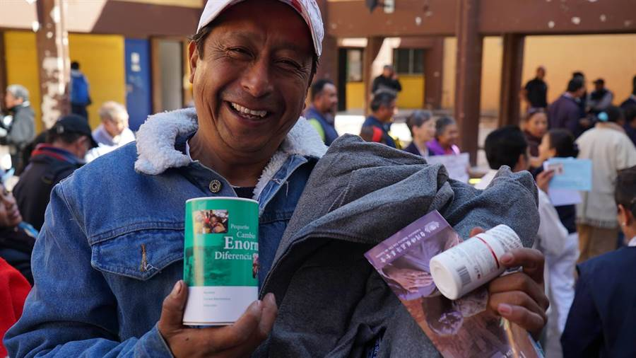 12月7日超過1300戶特拉瓦克市受災民眾,從慈濟志工手上拿到慈濟毛毯及物資卡。(圖/慈濟基金會提供)