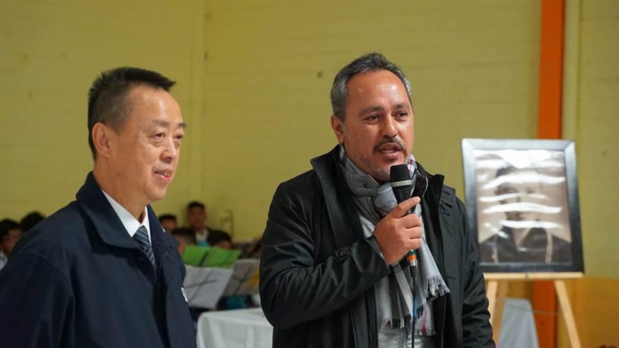特拉瓦克市長瑞格博多(右)在12月7日慈濟首場發放宣布當天為特拉瓦克市的「慈濟日」。(圖/慈濟基金會提供)