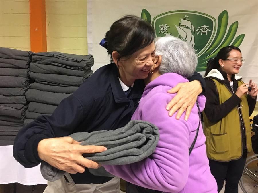 讓災民身暖、心暖的慈濟毛毯,從台灣出發,歷經1個月的海上運輸、當地志工多方奔走通關事宜,終於在需要者的手上。(圖/慈濟基金會提供)