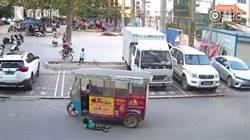 大人無情小孩有義!幼童被撞躺路邊僅7歲男孩伸援手