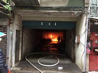 三重停車場火警濃煙蔽天 火焚5輛汽車全毀6部半毀