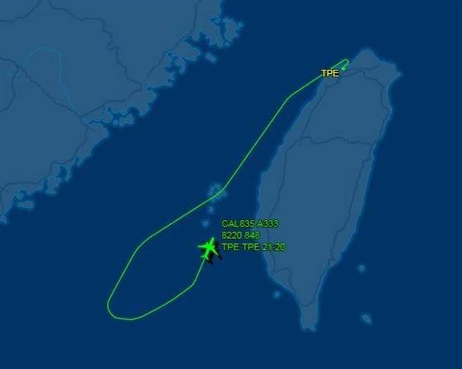 華航CI-835班機飛到澎湖海域,因日籍乘客酒醉鬧事,被迫返航處理再飛。(圖/摘自flightaware)