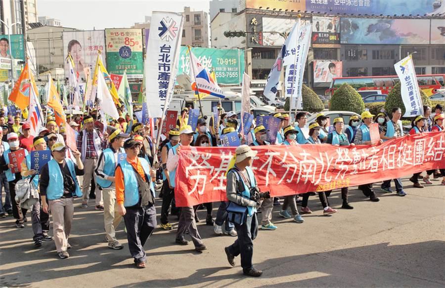 南部總工會大聯盟10日在高雄發起2017拒絕修惡勞基法大遊行,台北市產業總工會成員多人也南下參與。中央社記者程啟峰高雄攝  106年12月10日