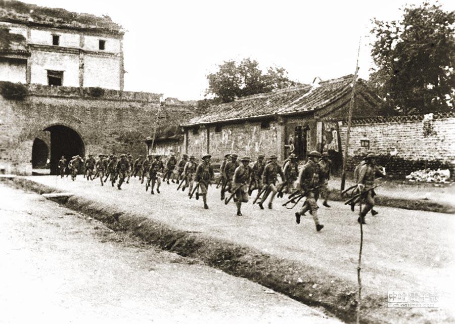1937年7月7日,日軍發動七七事變。圖為駐守宛平城的國軍奔赴盧溝橋抵抗日軍。(新華社資料照片)