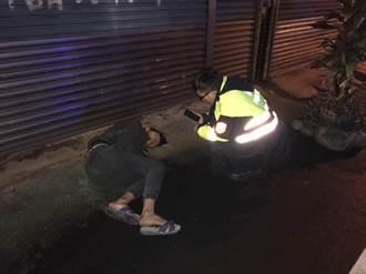 男酒醉倒臥嘔吐物 被警救起哭哭「我想回家」