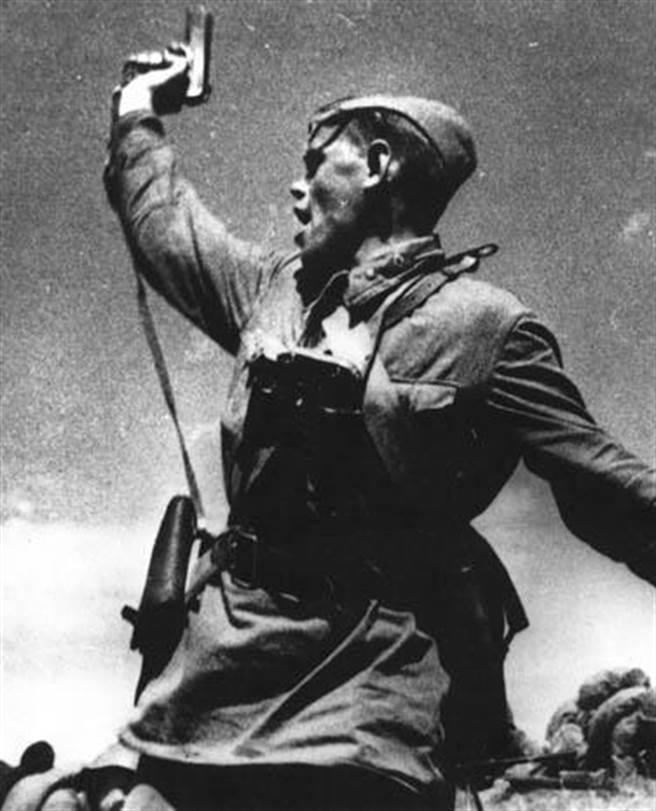 二戰蘇聯軍官手上的TT-33手槍。(圖/維基百科)