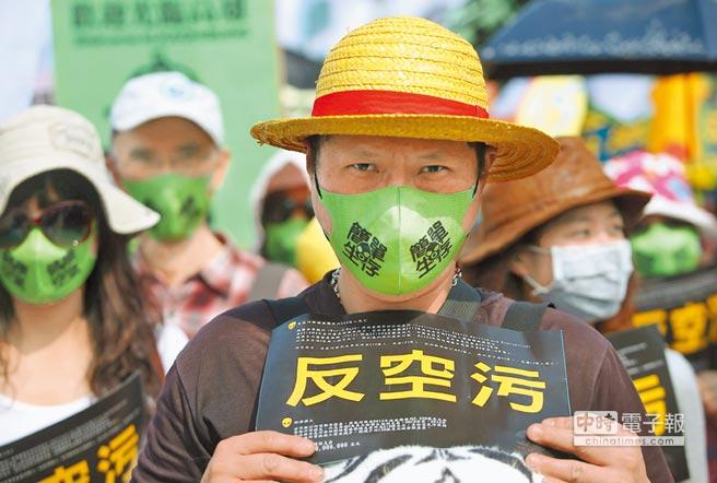 《空汙法》翻修,汙染源排放標準將加嚴。圖為之前高雄反空汙大遊行,眾人戴上口罩,要求清新空氣。(本報資料照片)