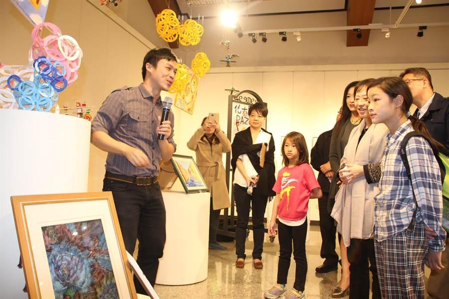 PAZO趣扣設計師楊奕德(左),向參觀民眾解說設計過程。(陳淑娥攝)