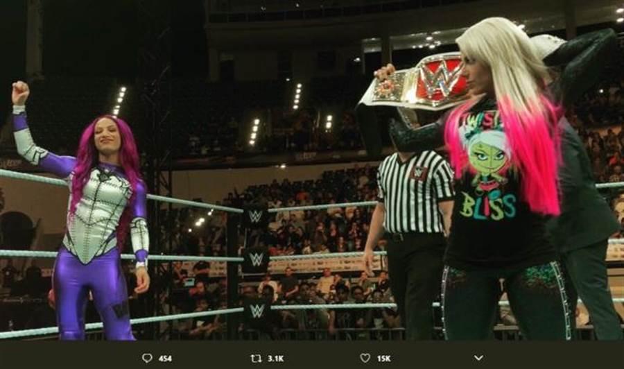 女選手莎夏(左)與女子冠軍艾雷克莎。(摘自推特)