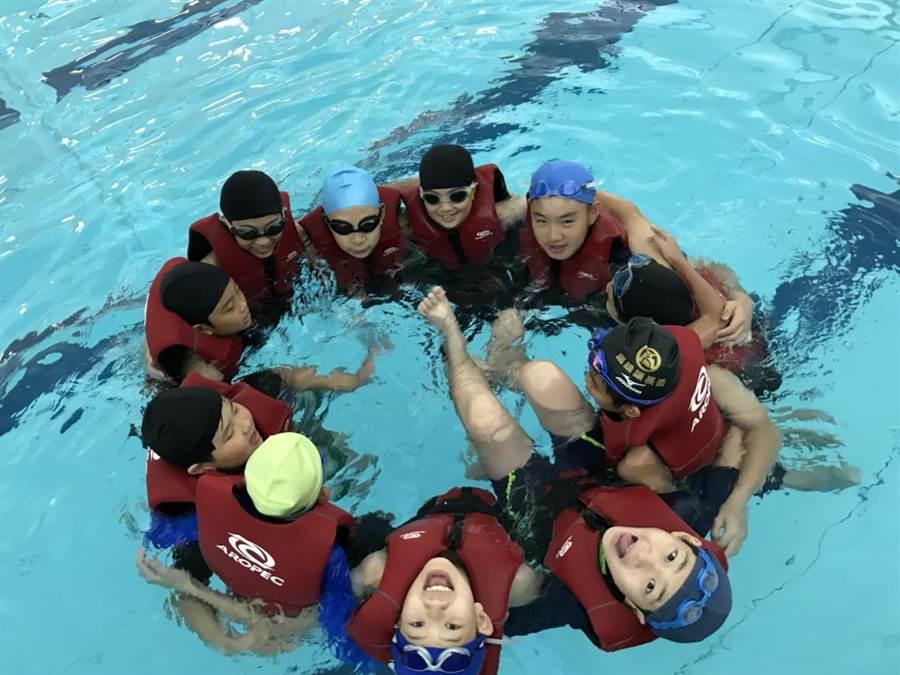 科技化游泳池讓學生在游泳課學習時樂在其中(高雄美國學校提供)