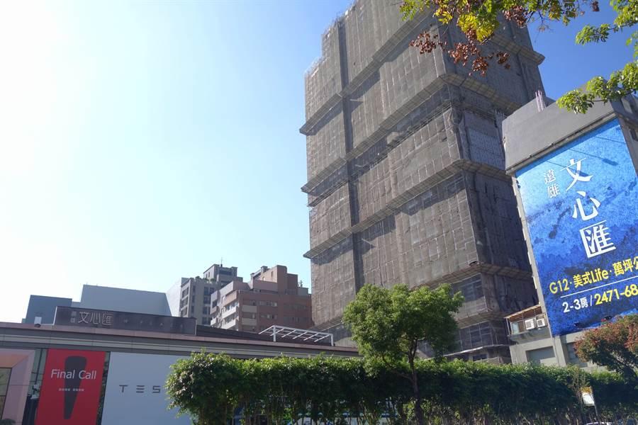 緊鄰「文心秀泰廣場」、「捷運綠線G12」 的遠雄「文心匯」,釋出高樓層面豐樂公園的永久棟距保留戶和低樓層約7坪的大露臺保留戶。(盧金足攝)