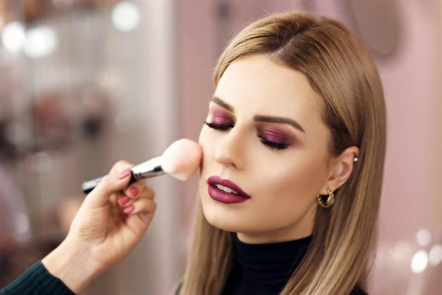 也可靠化妝修容來修飾臉型。(圖/shutterstock)