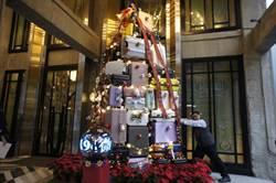 飯店斥資50萬元行李箱 打造藝術耶誕樹