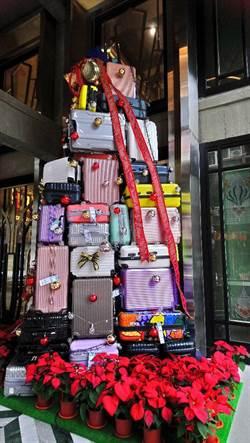 1969藍天飯店打造「行李箱耶誕樹」成中區打卡新地標