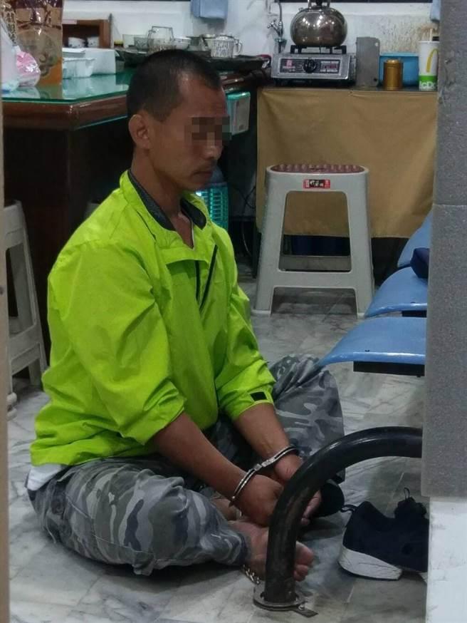 王姓男子偷騎腳踏車被抓,竟在派出所打坐。(曹明正翻攝)