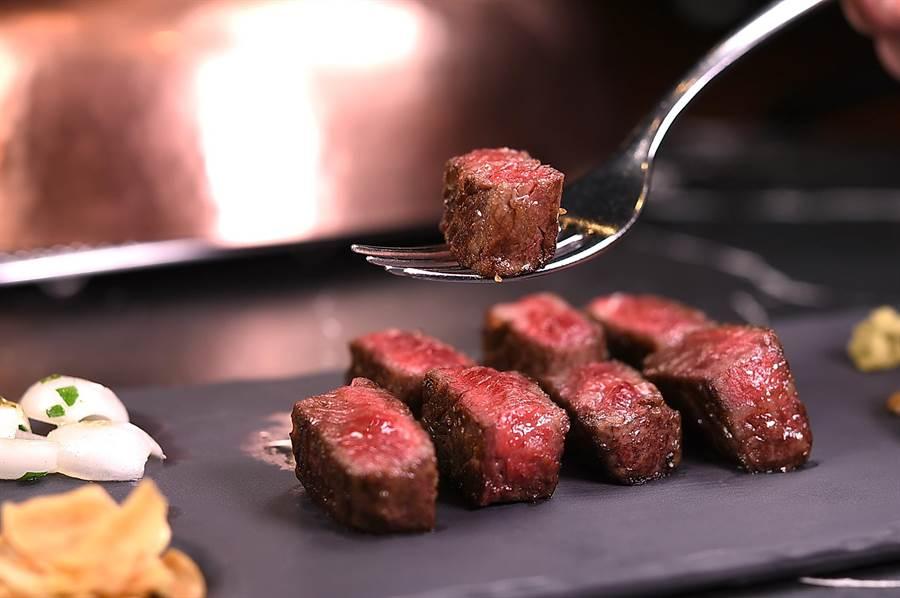 美國和牛的肉質有獨特口感嚼勁,鄧有癸以「骰子牛排」的方式呈現。(圖/姚舜攝)