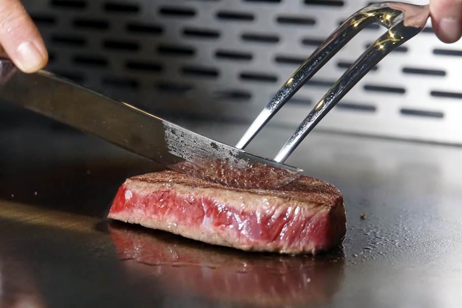 在鐵板上烹調牛肉或牛排的工序,以及時間、溫度和技法與烤牛排完全不同,頂 級和牛以鐵板料理後最終呈現出的口感風味,與爐烤牛排也各有千秋。(圖/姚舜攝)