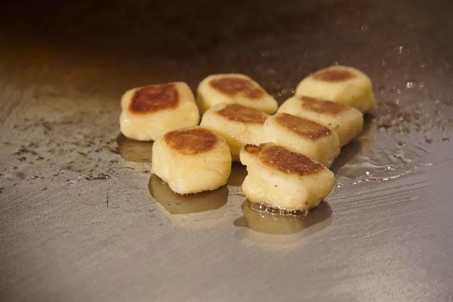 口感柔軟宛如綿花的義式麵疙瘩,用和牛牛油在鐵板檯上香煎後,表層酥香並有焦色,口感很迷人。(圖/姚舜攝)