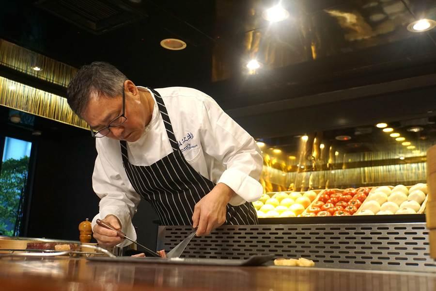 「牛排教父」鄧有癸是從鐵 板燒餐最基層學徒做起,並在每天「摸肉」過程中學習到各種肉品知識,以及烹飪技巧。(圖/姚舜攝)