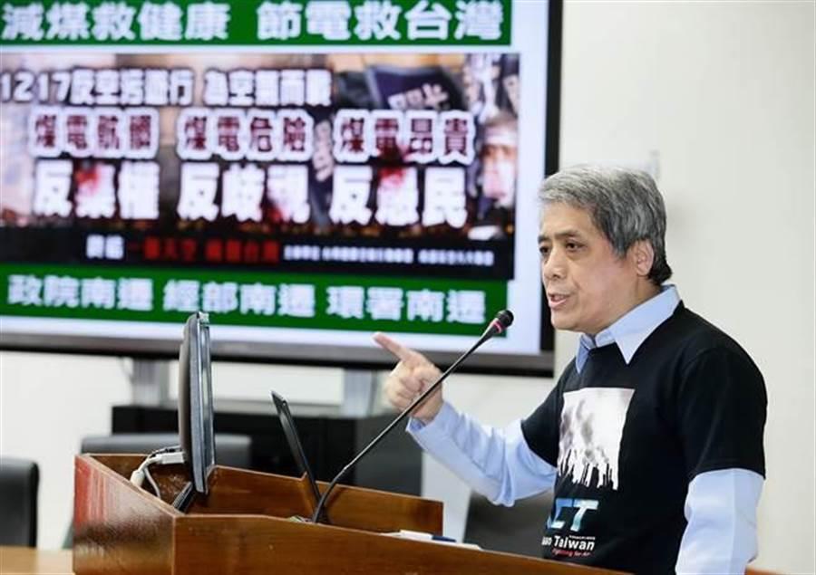 台灣健康空氣行動聯盟、南部反空污大聯盟12日在立法院召開記者會,台灣健康空氣行動聯盟召集人、醫師葉光芃(見圖)表示減煤、減碳對空氣品質改善有效,政府不應該重北輕南,中南部不能成為空污犧牲者。(方濬哲攝)