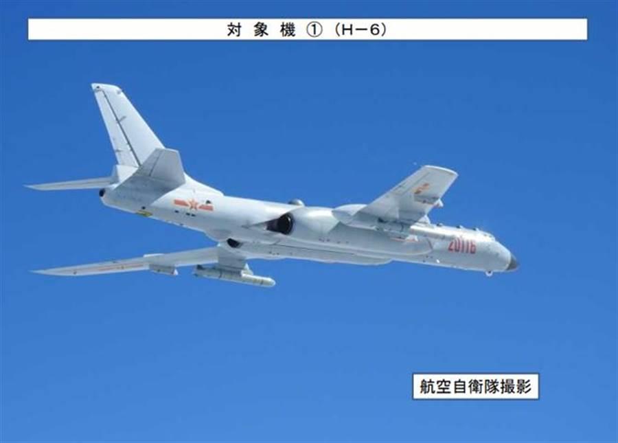 中共軍機11日繞台,圖為日本當日拍攝到的轟-6軍機。(圖/取自日本統合幕僚監部網站)