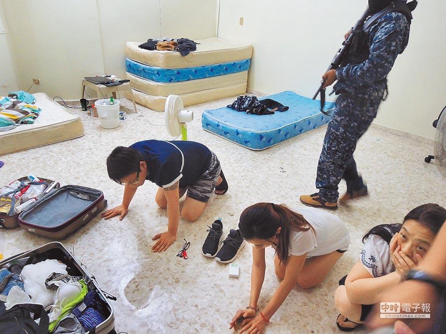 檢警調與多明尼加警方合作,在多國破獲2組電信詐欺機房,圖為警方壓制機房嫌犯。(胡欣男翻攝)