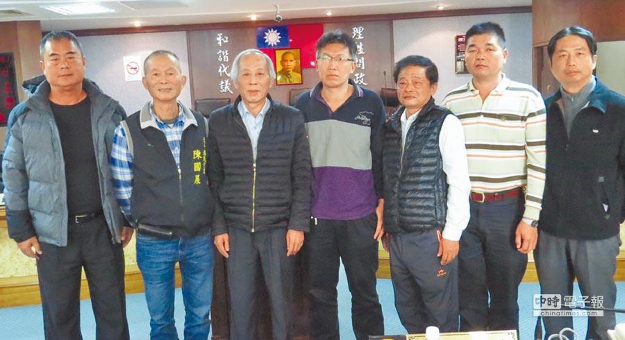 北斗鎮民代表會主席王錫瑩(中)等7名代表,針對公所刪除代表會事務費與旅費,表達強烈不滿。(鐘武達攝)