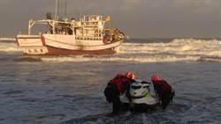 冒惡劣海象追「烏金」 漁船擱淺台中沙灘