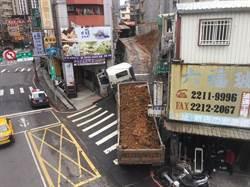 砂石車倒退嚕撞倒路燈 路人男無辜掃到颱風尾