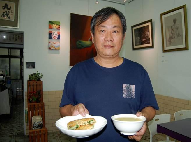 九代老闆陳文政推薦吃蔥油餅配小米粥,口感絕佳。 (廖素慧攝)