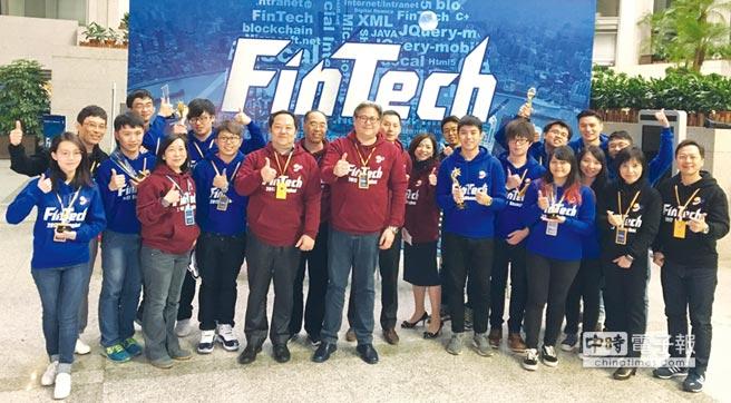 台灣代表隊伍於競賽結果揭曉後與上海商業儲蓄銀行副總經理榮康信合影留念。圖/上海商銀提供