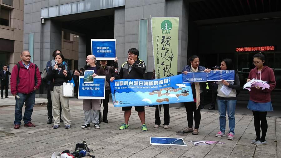 環保團體抗議離岸風電開發案影響生態。(廖德修攝)
