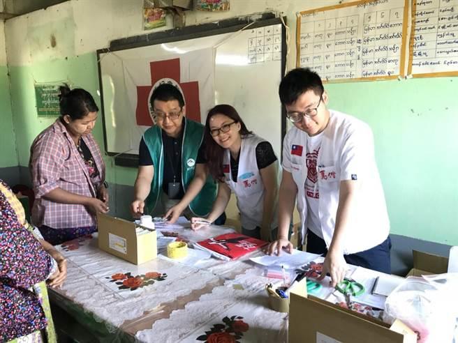 馬偕醫院今年再度與中緬交流協會合作,舉辦送愛到緬甸愛心義診活動。(葉書宏翻攝)