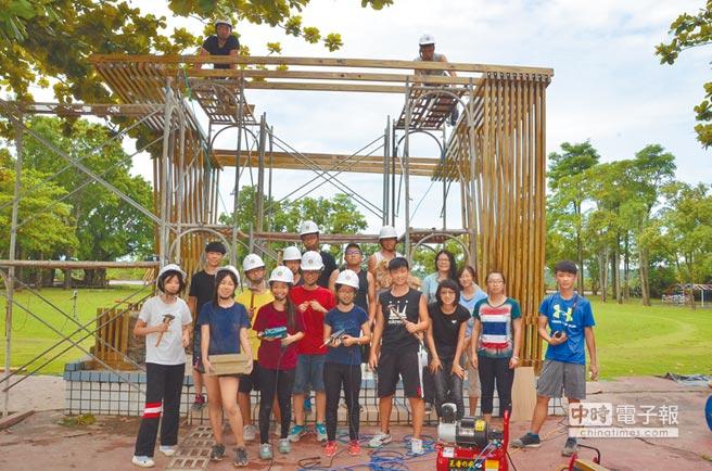 大安高工學生到台南左鎮國小,幫忙架設「生活舞台」,方便學生課間能在此玩耍、休息。(教育局提供)