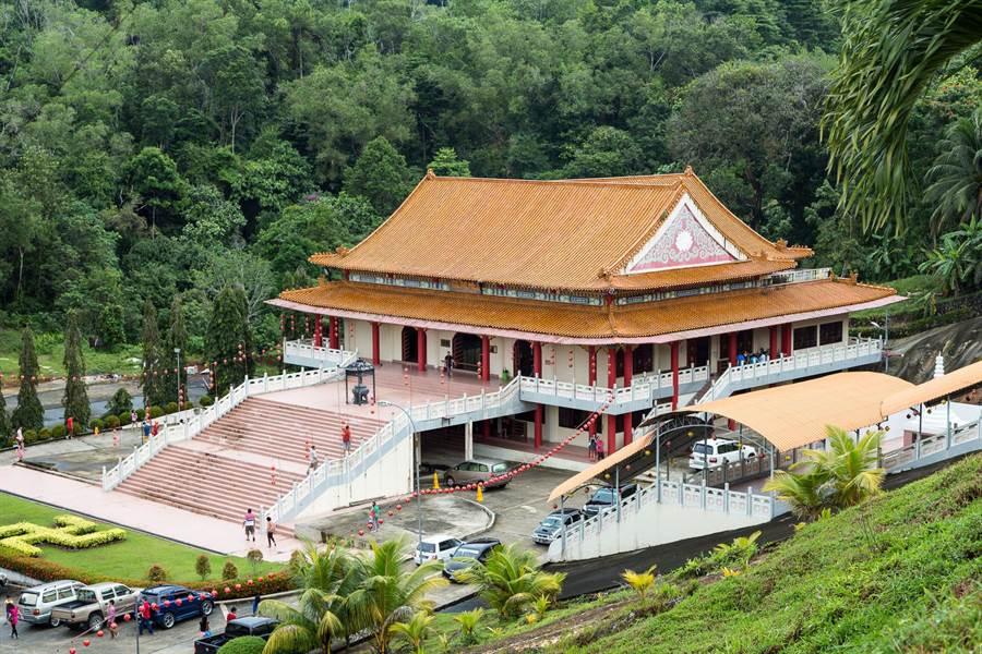山打根華人比例不低,境內保有不少傳統中國文化之美,圖為建於1987年的山打根普濟寺。(圖片/維基百科)