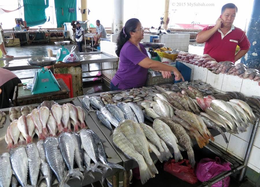 山打根為海洋城市,走一趟魚市場,多樣的新鮮漁獲讓人目不暇給。(圖片/馬來西亞觀光局提供/mysabah.com)