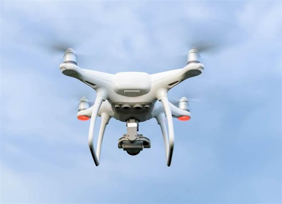 一架無人機正在飛行。(圖/Shutterstock)