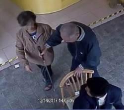 影》視障伯求路人幫買刮鬍刀 婦騙500元逃逸