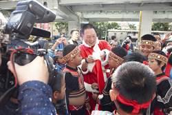 王令麟扮耶誕老人 逗偏鄉學童同歡笑