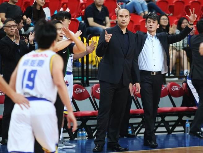 裕隆執行教練魏永泰(右二)替球員表現感到滿意。(中華籃協提供)