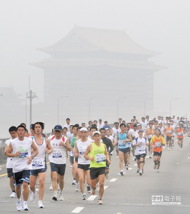 台灣癌症基金會警告,台灣去年PM2.5平均濃度達40單位,肺癌患者死亡率將暴增。圖為一場馬拉松競賽,遠方的圓山大飯店卻因空汙呈現一片霧茫茫。(本報資料照片)